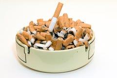 De Uiteinden van het asbakje en van de Sigaret Stock Foto's