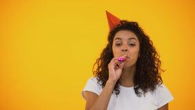 De uiterst gelukkige hoorn van de vrouwen blazende partij en het lachen, het vieren verjaardag stock videobeelden