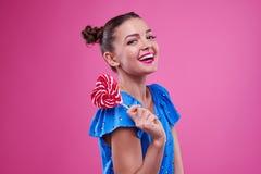 De uiterst gelukkige jeugd met lolly stock foto's