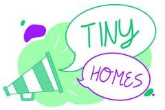 De Uiterst kleine Huizen van de handschrifttekst Het concept die huizen betekenen bevat één ruimte of slechts twee en de kleine l royalty-vrije illustratie