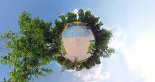 De uiterst kleine speelplaats van het planeetkind ` s in het park stock video