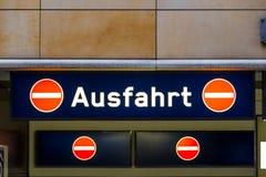 De uitgangssignaal van het Ausfahrtvoertuig in Berlijn, Duitsland stock afbeelding