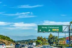 De uitgangsteken van brede rijweg met mooi aangelegd landschapcalabasas op freewa 101 Royalty-vrije Stock Afbeeldingen