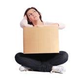 De uitgeputte bewegende doos van de vrouwenholding Royalty-vrije Stock Afbeelding