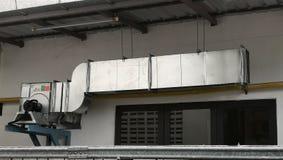De Uitlaatkap van de ventilatieLuchtleiding voor Luchtventilator in Industriële fabriek stock foto