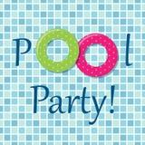 De uitnodiging van de poolpartij als twee rubberringen op de achtergrond van pooltegels Stock Foto's