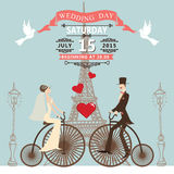 De uitnodiging van het huwelijk Bruidbruidegom op retro fiets Stock Fotografie