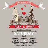 De uitnodiging van het huwelijk De bruidegom van de beeldverhaalbruid op retro fiets Stock Foto