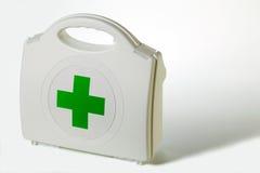 De uitrusting van de eerste hulp met een groen kruis. Stock Foto's