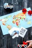 De uitrusting van het kinderentoerisme met kaart en beelden op donkere achtergrond Royalty-vrije Stock Foto's