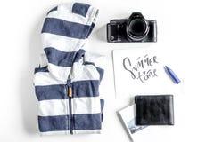 De uitrusting van het kinderentoerisme met kleren en de camera op witte vlakte als achtergrond lagen Royalty-vrije Stock Afbeeldingen