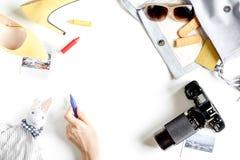 De uitrusting van het kinderentoerisme met speelgoed en de camera op witte vlakte als achtergrond leggen model Royalty-vrije Stock Foto's