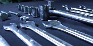 De uitrusting van staalhulpmiddelen met moersleutels en moersleutels Stock Foto