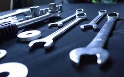 De uitrusting van staalhulpmiddelen met moersleutels en moersleutels Royalty-vrije Stock Foto's