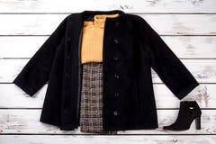 De uitrusting van de wintervrouwen met gele wollen sweater Royalty-vrije Stock Afbeeldingen