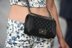De uitrustingen van de straatstijl in Milan Fashion Week stock fotografie