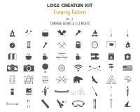 De uitrustingsbundel van de embleemverwezenlijking Het kamperen Uitgavenreeks Reistoestel, vectorkampsymbolen en elementen Stock Foto