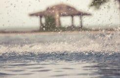 De uitstekende achtergrond met freezed waterdalingen tijdens regen op waterspiegel met vage achtergrond en selectieve nadruk stock afbeeldingen