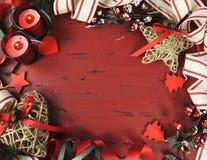 De uitstekende achtergrond van de Kerstmisvakantie op rood hout Stock Fotografie