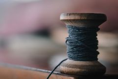 De uitstekende achtergrond van de draadspoel, concept het traditionele naaien, sluit omhoog mening stock afbeelding