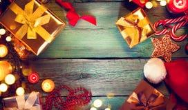 De uitstekende achtergrond van de Kerstmisvakantie Giften en decoratie Royalty-vrije Stock Afbeelding
