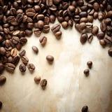 De uitstekende achtergrond van koffiebonen Stock Foto's