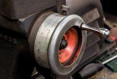 De uitstekende antieke automobielindicator van de de draaibankwijzerplaat van de machinewerkplaatsrem stock foto