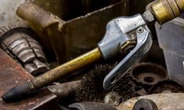 De uitstekende antieke automobielpijp van de de compressorslang van de machinewerkplaatslucht met een messingshals en een rubberu stock fotografie