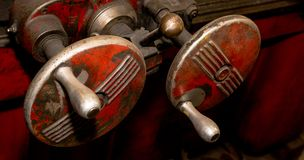 De uitstekende antieke automobielwielen van de machinewerkplaats rode versleten aanpassing stock foto's