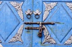 De uitstekende Aziatische achtergrond van het deurfragment met roestig slot royalty-vrije stock afbeeldingen