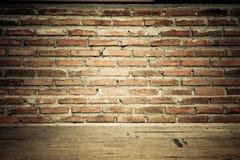 Uitstekende bakstenen muur met houten vloertextuur Stock Afbeeldingen