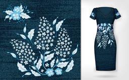 De uitstekende bloemen van het borduurwerkflard Toon borduurwerk op denim en kleed model Stock Foto's