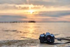 De uitstekende camera van de filmfoto Het vooraanzicht, sluit omhoog foto tegen de achtergrond van het overzees Mooie zonsonderga royalty-vrije stock foto's