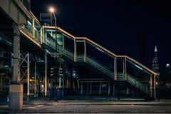 De uitstekende Chicago opgeheven CTA-post van de treinmetro bij nacht stock afbeelding