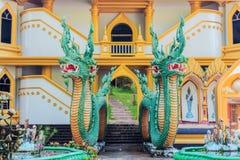 De uitstekende concrete standbeelden van beschermer Thaise Naga van het oude verhaal van Thailand Stock Foto's
