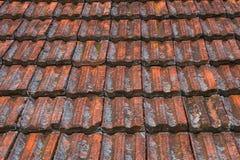 De uitstekende dakspanen van het textuur ceramische dak Stock Foto's