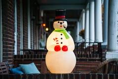 De uitstekende Decoratie van Kerstmis op Portiek in Stad Stock Foto