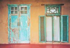 De uitstekende deur en het venster van het stijl oude oude huis Royalty-vrije Stock Afbeeldingen