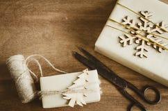De uitstekende die Dozen van Kerstmiskraftpapier met Giften in Rustieke Stijl en Oude Uitstekende Schaar op Houten Achtergrond wo stock foto's