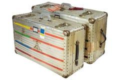De uitstekende die koffers van de aluminiumvlucht op wit worden geïsoleerd Stock Foto's