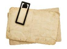 De uitstekende document bladen met klem stapelen oude geïsoleerde prentbriefkaaren op royalty-vrije stock fotografie