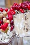 De uitstekende doos van de valentijnskaart met harten Stock Afbeelding