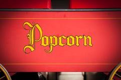 De uitstekende Druk van de Stijl Gele Popcorn op Rood Royalty-vrije Stock Afbeeldingen