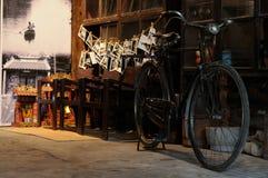De uitstekende fiets toont in ruimteinzameling, kleuren horizontaal beeld Stock Foto