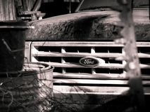 De uitstekende Ford-vrachtwagen zit in een schuur stock foto
