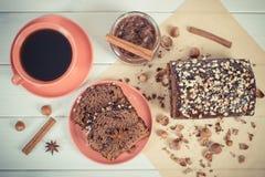 De uitstekende foto, de Donkere cake met chocolade, de cacao en de pruim blokkeren, kop van koffie, heerlijk dessert Royalty-vrije Stock Fotografie