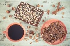 De uitstekende foto, de Zwarte koffie, de donkere cake met chocolade, de cacao en de pruim blokkeren, heerlijk dessert Stock Fotografie