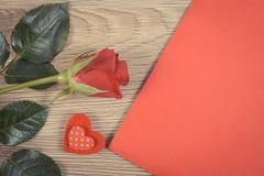 De uitstekende foto, Decoratie van rood nam, hart en liefdebrief voor Valentijnskaartendag toe Stock Foto's