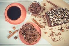 De uitstekende foto, de Donkere cake met chocolade, de cacao en de pruim blokkeren, kop van koffie, heerlijk dessert Stock Afbeeldingen