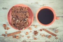 De uitstekende foto, de Zwarte koffie, de donkere cake met chocolade, de cacao en de pruim blokkeren, heerlijk dessert Royalty-vrije Stock Afbeeldingen